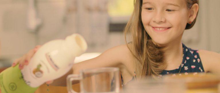 Menina servindo iogurte do portfólio de produtos Languiru - vídeo institucional